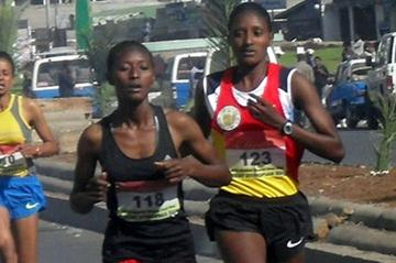 Senbere Teferi (118) in the lead ahead of Teki Gelana in the 2012 Women's First 5km in Addis Ababa (Bizuayehu Wagaw)