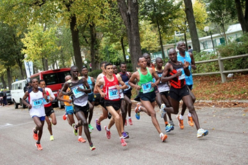 Stephen Ogari leads the field at the 20 Kilometres de Paris (Organisers)