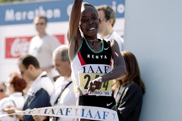 Tegla Loroupe wins her third consecutive world half marathon title in Palermo (Getty Images - Allsport)