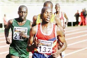 John Korir (137) running in the 2005 Kenyan Armed Forces Championships - Salim Kipsang (left in green kit) (Omulo Okoth)