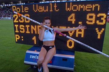 Yelena Isinbayeva in front of her World record scoreboard in Lausanne (Hasse Sjögren)
