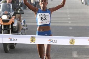 Ethiopian Dire Tune winning the Ras Al Khaimah Half Marathon (Victah Sailer)