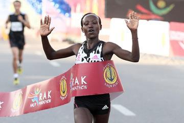Mary Keitany wins the 2015 RAK Half Marathon (organisers / Victah Sailer)
