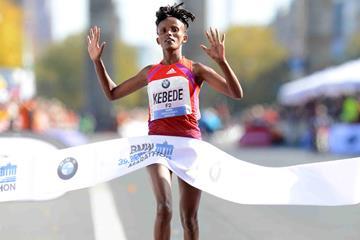 Aberu Kebede wins the 2012 Berlin Marathon (BMW Berlin Marathon/Jiro Mochizuki)