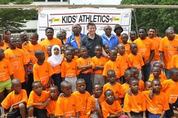 Coe and Bayi (centre) with kids in Dar es Salaam, Tanzania  (IAAF)