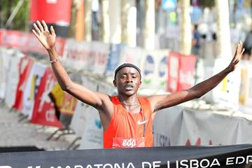 Samuel Ndungu winning the 2014 Rock 'n' Roll EDP Lisbon Marathon  (organisers / www.photorun.net)