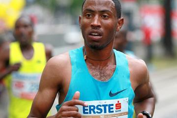 Getu Feleke en route to winning the 2014 Vienna City Marathon (Organisers / www.photorun.net)
