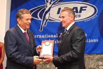 Mr Giannis Ioannidis, Deputy Minister of Culture with Responsibilities for Sport, receiving the IAAF Plaque from IAAF Senior Vice President Sergey Bubka (Getty Images)