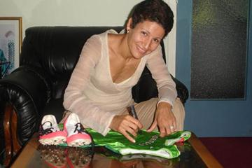 Nezha Bidouane signs World Championships bodysuit for the IAAF Athletics for a Better World (FRMA)