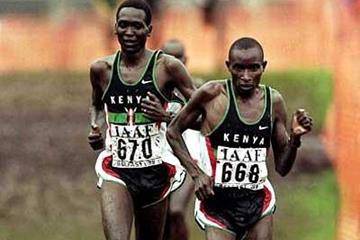 Kenya's Patrick Ivuti leads compatriot Paul Tergat in the 1999 World Cross (Getty Images)