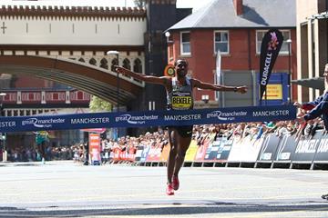 Kenenisa Bekele winning the 2016 Great Manchester Run (Phil Oldham/Organisers)