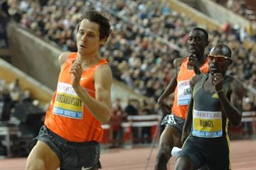 Yuriy Borzakovskiy leads Olympic 800m gold and silver medallists Wilfred Bungei and Ismail Ahmed Ismail in Moscow (Nikolay Matveev)