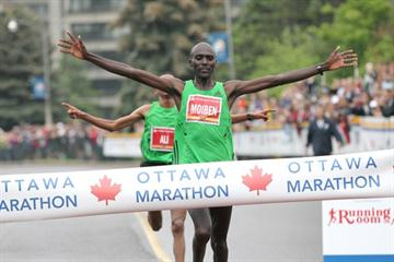 Laban Moiben wins 2011 Ottawa Marathon (Victah  Sailer)
