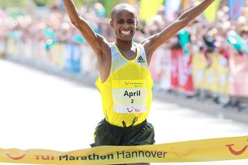 South Africa's Lusapho April wins at the 2013 Marathon Hannover (Victah Sailer / www.photorun.net - organisers)