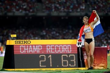 Dafne Schippers next to her 200m championship record figures at the IAAF World Championships, Beijing 2015 (Getty Images)