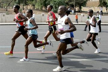 2009 Amman International Marathon - Pace maker Gizaw Bekele drives the bus with Girma Beyene (blue) and David Kiptum (nearest to camera) mohammed Teman ETH (hidden) and Joseph Keino (at rear) in the stride with 26 scorching kilometres completed. (c)