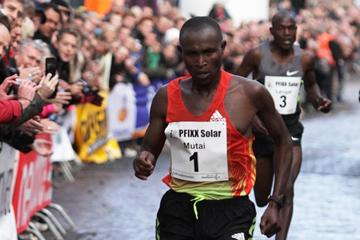 Geoffrey Mutai on his way to victory in 's Heerenberg (Jan Schellekens)
