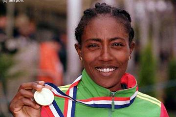Gete Wami proudly displays her gold medal (© Allsport)