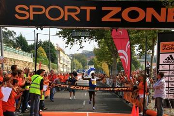 Sammy Wanjiru crosses the line in Porto (LOC)
