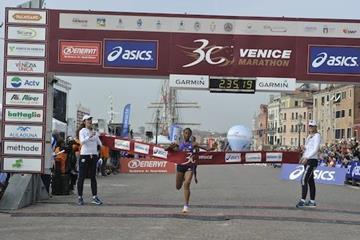 Ehite Bizuayehu winning the 2015 Venice Marathon (organisers)