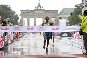 Patrick Makau, victorious in Berlin (Victah Sailer)