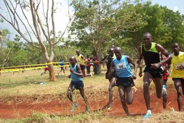 Moses Kipsiro (right) leading at the 2014 Ugandan Cross Country Championships (Namayo Mawerere)