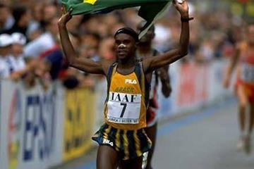 Ronaldo da Costa parades the Brazilian flag at the 1998 World Half Marathon Champs (Getty Images)