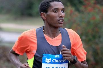 Bazu Worku on his way to winning the Houston Marathon (Victah Sailor)