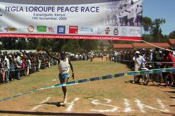 Elias Kemboi winning the 2005 Tegla Loroupe Peace Race (David Macharia)