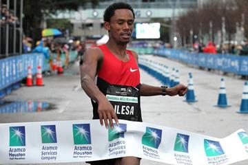 Feyisa Lilesa wins the Houston Half-marathon (Victah Sailor)