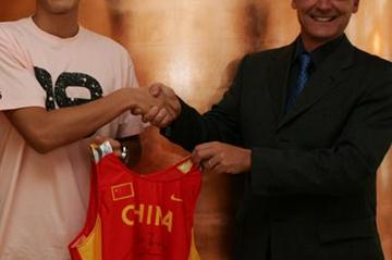 Liu Xiang's Olympic vest handover (Getty Images)