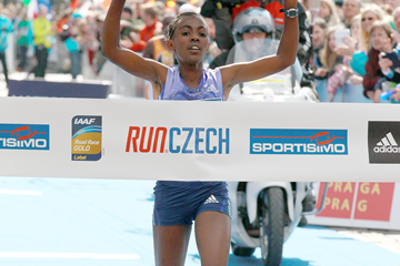 Worknesh Degefa wins the 2015 Prague Half Marathon (Victah Sailer / organisers)