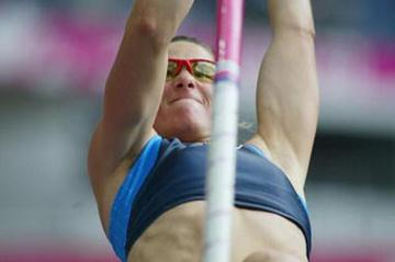 Stacy Dragila of the USA qualifies for the pole vault final (Getty Images)