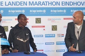 Sisay Jisa (ETH) & Tadesse Tola (ETH) with De Lage Landen Marathon Eindhoven race director Edgar de Veer (Studio CLACK)