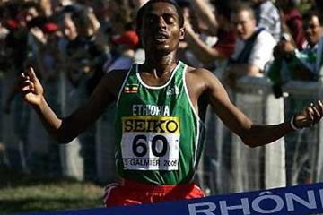 Kenenisa Bekele crosses the finish in the men's short race (Getty Images)
