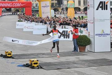 Robert Kwambai winning in Padua (organisers/Photosprint)