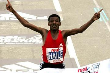 2:04:26! Haile Gebrselassie at the line in Berlin (Victah Sailer)