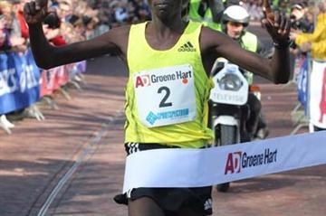 Wilson Chebet wins the 2009 Alphen 20km (Ingeborg Houdijk)