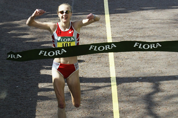 Paula Radcliffe crosses the finish at the 2003 London Marathon (Getty Images)