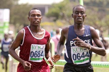Bedan Karoki (left) and Leonard Barsoton duel at the Kenyan Cross Country Championships in Nairobi (David Ogeka / Photorun)