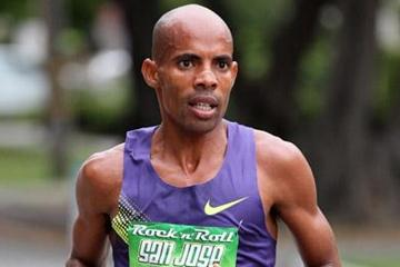 Meb Keflezighi on the way to his San Jose Half Marathon title defence (Victah Sailer)