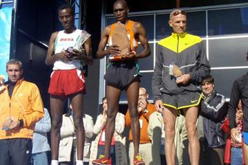 Elijah Chelimo (KEN) in the centre of the podium in Atapuerca (Diputación de Burgos)