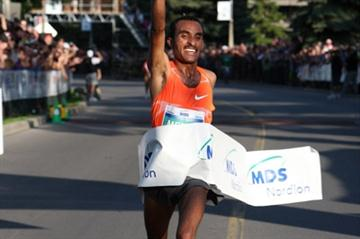 Strong solo 27:24 by Deriba Merga at Ottawa 10K (Victah Sailer)