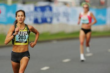 Kara Goucher building her gap on Paula Radcliffe (Getty Images)