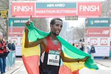 Tilahun Regassa celebrates his 2:05:38 victory at the Rotterdam Marathon (Erik van Leeuwen)