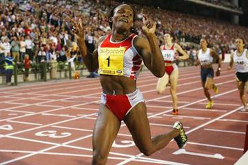 Maria Mutola celebrates winning the 800m in Brussels and the IAAF Golden League Jackpot (Getty Images)