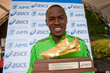 Patrick Makau with his AIMS/ASICS Golden Shoe award (AIMS)