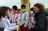 Sonia O'Sullivan with young Japanese athletes ahead of the IAAF World Cross Country Championships, Guiyang 2015 (Kirby Lee)