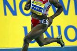 Maria Mutola (MOZ) strides round the bend to win in Glasgow (Getty Images)