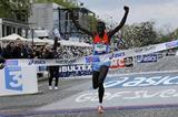 Stanley Biwott wins the 2012 Paris Marathon (Vincent Lyky )